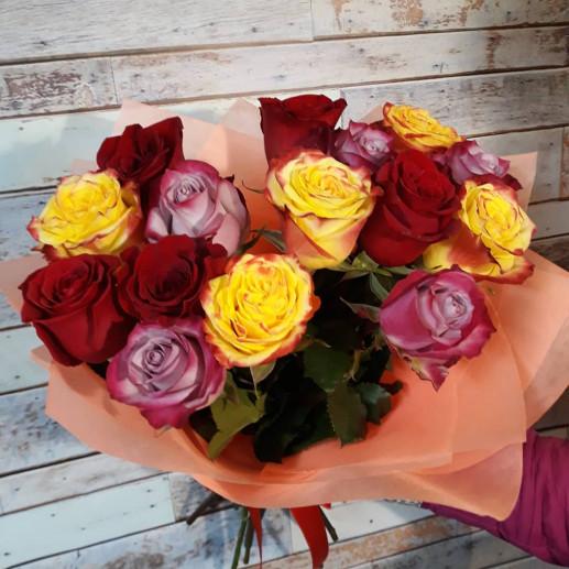 Букет 15 разноцветных роз