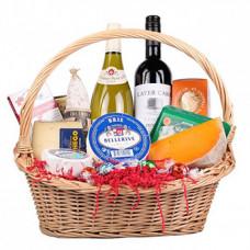 """Подарочная корзина с вином и сыром """"Для гурмана"""""""