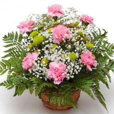 Корзинка из гвоздик, хризантем и гипсофил в бело-розовой гамме