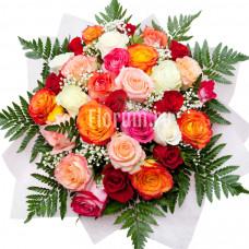 Букет из 31 разноцветной розы и гипсофилы