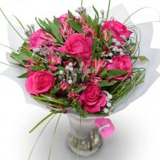 """Букет из роз, альстромерий и ветки ели """"Розовый всплеск"""""""