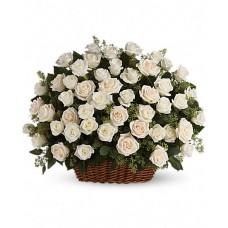 Большая корзина белых роз