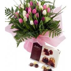 """Букет из 27 розовых и белых тюльпанов с конфетами """"Нежные тюльпаны"""""""
