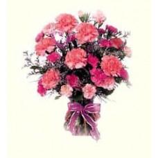 Букет из розовых кустовых и одиночных гвоздик