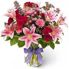 Букет из розовых лилий и хризантем