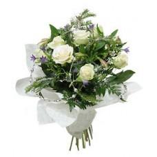 """Букет из белых роз, альстромерий и ветви ели """"Новогодний"""""""