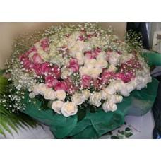 Букет из 250 белых и розовых роз с гипсофилой