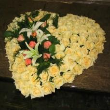 Цветочное сердце из 81 белой и розовой розы