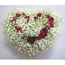Валентинка из красных роз и гипсофилы