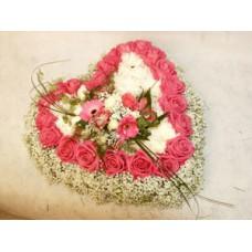Валентинка из 23 розовых роз, хризантем, мини-гербер и гипсофилы