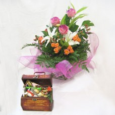 """Набор из Букета цветов и конфет """"Волшебный сундучок"""""""