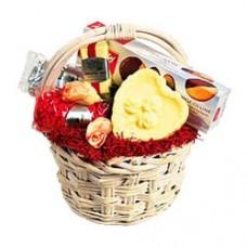 Подарочная корзинка со сладостями