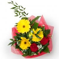Букет из красных роз и желтых гербер