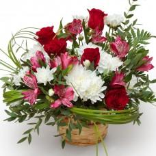 """Корзина из роз, альстромерий и хризантем """"Пылающий огонь"""""""