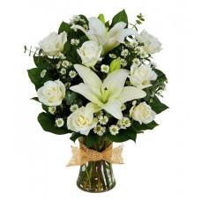 Букет из белых лилий с белыми розами