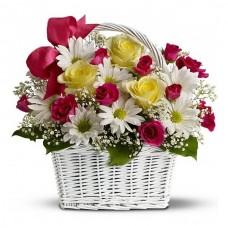 Корзина из роз, хризантем и гипсофилы
