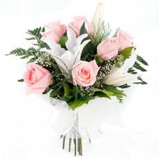 Букет из розовых роз и лилий