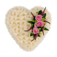 Цветочное сердце из белых хризантем