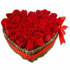 Цветочное сердце из красных роз