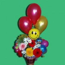 Композиция из корзины гербер с хризантемами и латексных воздушных шаров